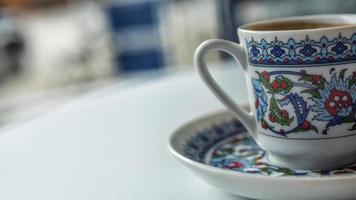 close up van een Turkse koffiekopje
