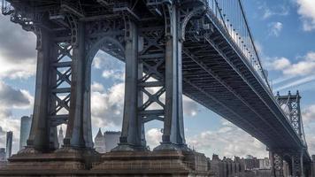 manhattan bridge op een bewolkte dag foto