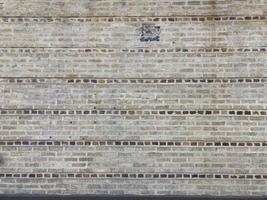 gele bakstenen muur