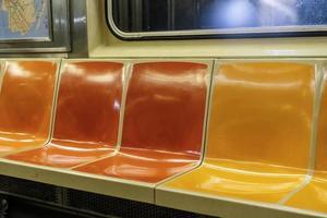kleurrijke stoelen in een New York City metro-auto