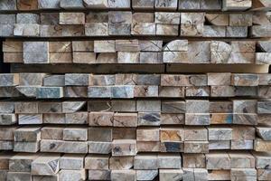 gesneden hout te koop gestapeld in de houtzagerij foto