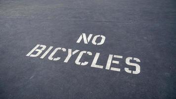 geen fietsenwaarschuwing geschilderd op de weg foto