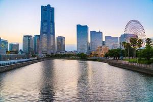 de skyline van de stad Yokohama bij schemering