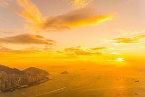 zonsondergang over de skyline van hong kong, china