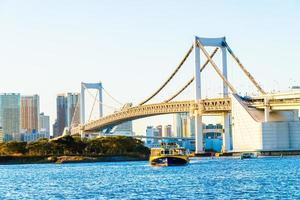 regenboogbrug in de stad van tokyo in japan foto