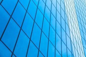 wolkenkrabber met vensterglas patroon foto
