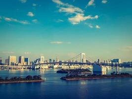 mooie cityscape met regenboogbrug in de stad van tokyo, japan foto