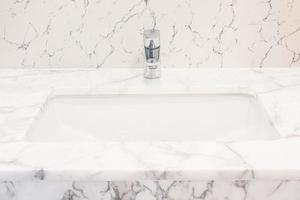kraan en wastafel in de badkamer foto