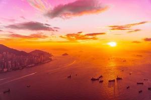 zonsondergang over de zee bij de stad van hong kong, china