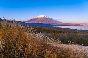 fuji-berg bij het yamanakako of yamanaka-meer in japan foto