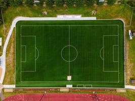 groen voetbalveld van bovenaf foto