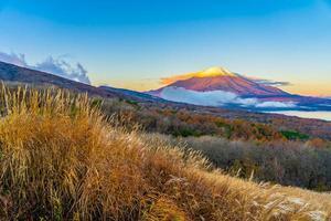 fuji-berg bij yamanakako of yamanaka-meer in japan foto