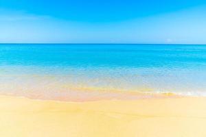 mooi strand en blauwe lucht foto