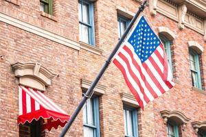 Amerikaanse vlag op een bakstenen gebouw foto