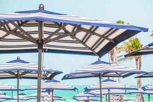 parasols aan zee foto