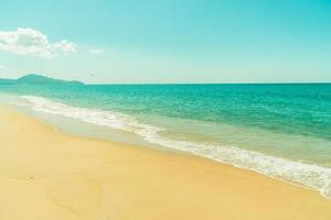 mooi strand en blauwe lucht