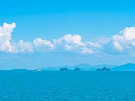 prachtig uitzicht op de oceaan en de blauwe lucht foto