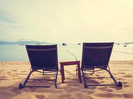 parasols en ligbedden op het tropische strand