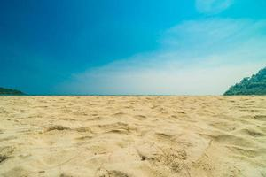 tropisch strand op een paradijselijk eiland foto