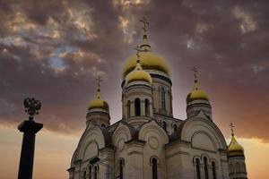 kerk met bewolkte hemel in Vladivostok, Rusland foto