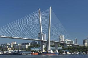 stadsgezicht met zolotoy-brug in vladivostok, rusland foto
