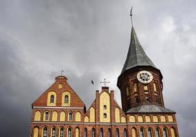 kathedraal met bewolkte grijze lucht op het eiland kant in kaliningrad, rusland foto