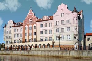kleurrijk gebouw op de pregolya-rivier in kaliningrad, rusland foto