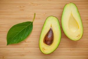 avocado op hout foto