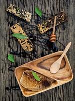honingraat en honing op hout foto