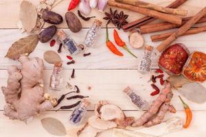 bovenaanzicht van thaise specerijen en kruiden foto