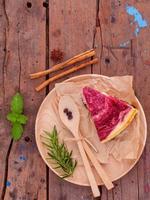 frambozencake op een houten achtergrond foto