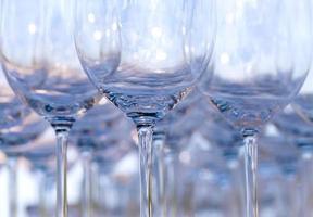 lege wijnglazen