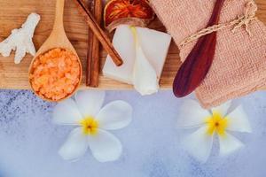 spa- en wellnessbehandelingsopstelling op houten paneel foto