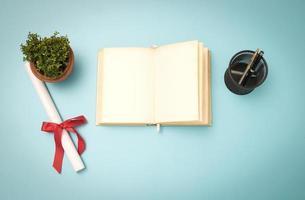leeg notitieboekje op blauwe achtergrond foto