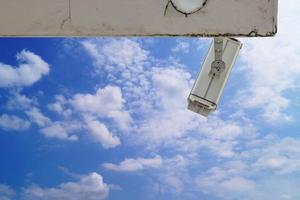 bewakingscamera aan de muur van het gebouw foto