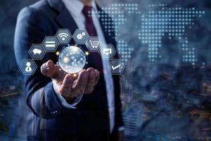 zakenman die wereldwijd bedrijfspictogram houdt foto
