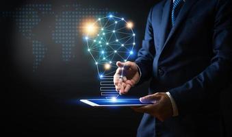 innovatie en technologiepictogrammen met zakenman foto