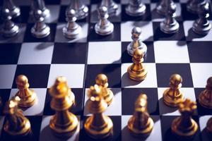 schaakbordspel met gouden en zilveren stukken foto