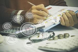 bedrijfspersoon schrijven met pictogrammen overlay foto