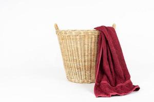 rode handdoek en mand geïsoleerd op een witte achtergrond foto