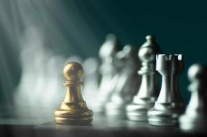 schaakwedstrijd met gouden en zilveren stukken foto