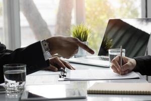 onderhandelingsconcept tussen twee zakenmensen