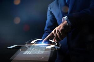 close-up hand van zakenman met behulp van een tablet foto