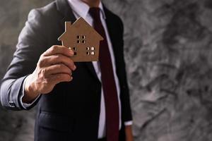 houder van houten model huis foto
