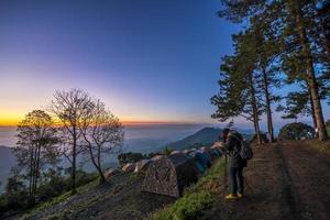 persoon fotograferen op een bergtop foto