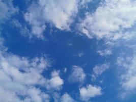 blauwe lucht en heldere witte wolk foto