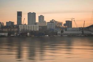 skyline van de stad met uitzicht op zolotoy rog of gouden hoorn baai in vladivostok, rusland foto