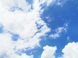 blauwe lucht en met witte wolken foto