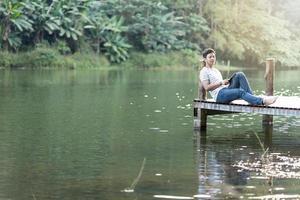 man ontspannen op een dok foto