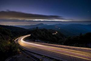 lange blootstelling van een snelweg 's nachts foto